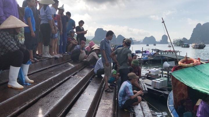 Tìm thấy thi thể bé trai 4 tuổi rơi xuống biển Hạ Long, bà và mẹ quỵ ngã-4