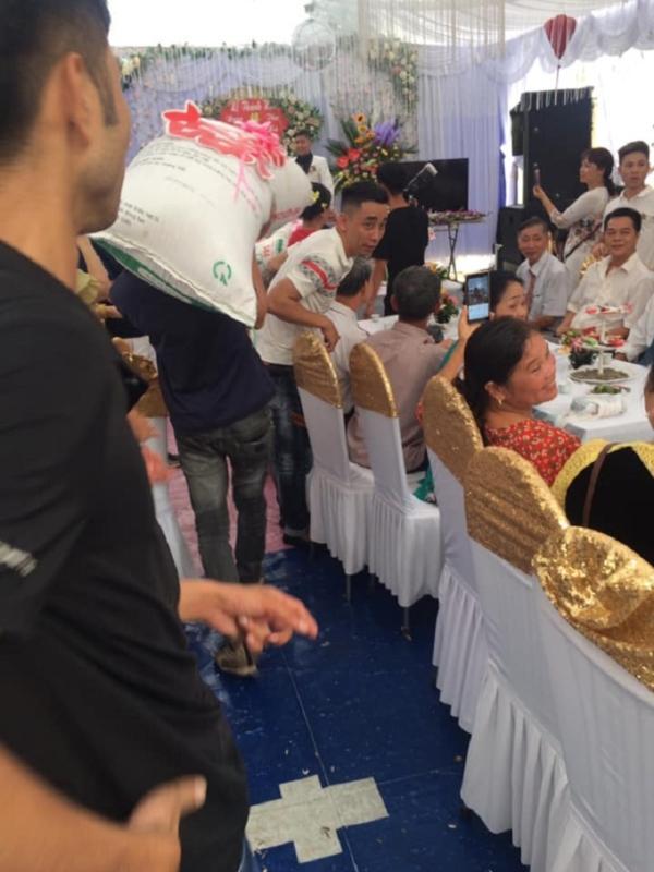 Đám cưới hot nhất mạng xã hội: Cô dâu được mừng cưới chục bao gạo siêu to khổng lồ khiến quan khách cười bò-2