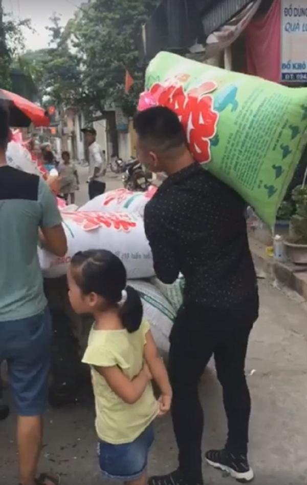 Đám cưới hot nhất mạng xã hội: Cô dâu được mừng cưới chục bao gạo siêu to khổng lồ khiến quan khách cười bò-3