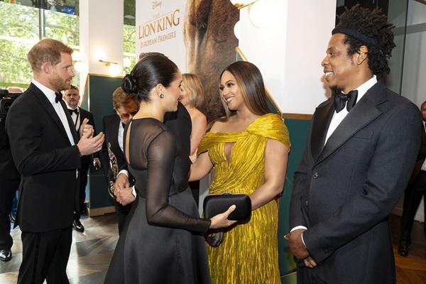 Diện đầm xẻ cao ngút ngàn, mỗi bước đi của Beyoncé lại khiến người nhìn thót tim lo Diva lộ hàng-1