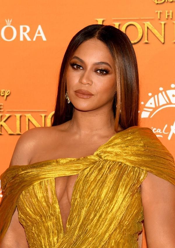 Diện đầm xẻ cao ngút ngàn, mỗi bước đi của Beyoncé lại khiến người nhìn thót tim lo Diva lộ hàng-4