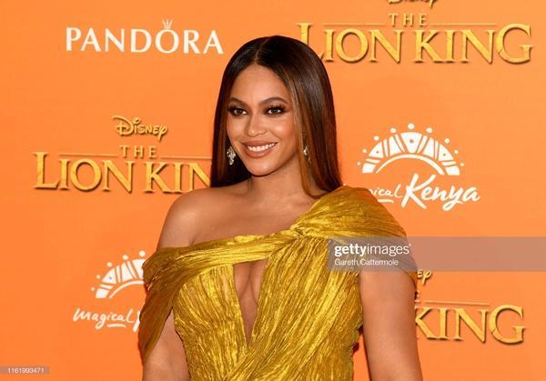 Diện đầm xẻ cao ngút ngàn, mỗi bước đi của Beyoncé lại khiến người nhìn thót tim lo Diva lộ hàng-7