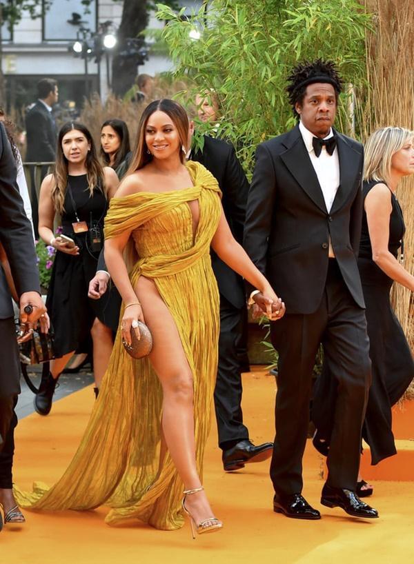 Diện đầm xẻ cao ngút ngàn, mỗi bước đi của Beyoncé lại khiến người nhìn thót tim lo Diva lộ hàng-2