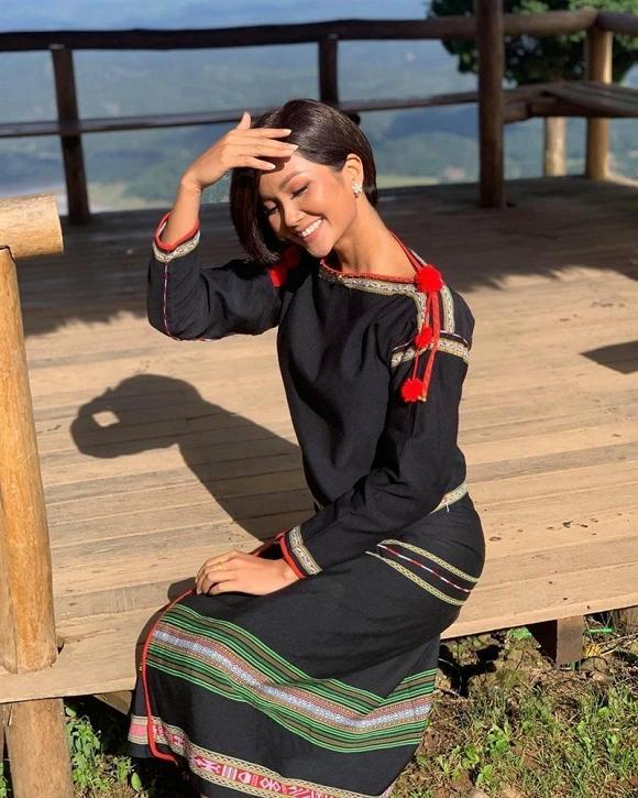 Sau kiểu tóc My Sói, hoa hậu HHen Niê lại khiến fan đắm đuối với hình ảnh nữ sinh suối tóc đen dài-1