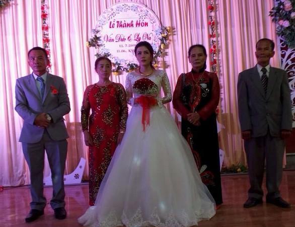 Đám cưới nhiều nước mắt nhất, ai đến cũng thương cô dâu vì chỉ có 1 mình trên lễ đường, chú rể còn chưa về kịp-1