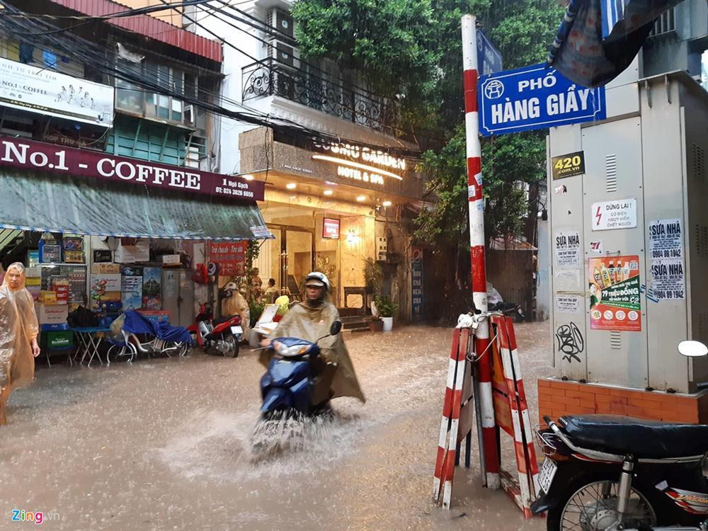 Mưa lớn bất ngờ, nhiều tuyến phố ở Hà Nội ngập sâu-2