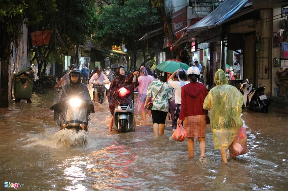 Mưa lớn bất ngờ, nhiều tuyến phố ở Hà Nội ngập sâu-3