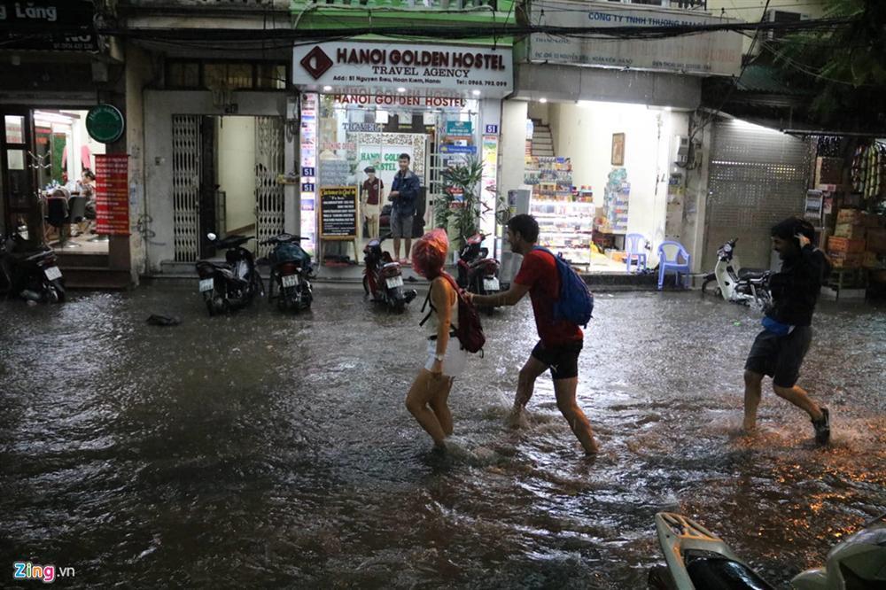 Mưa lớn bất ngờ, nhiều tuyến phố ở Hà Nội ngập sâu-4