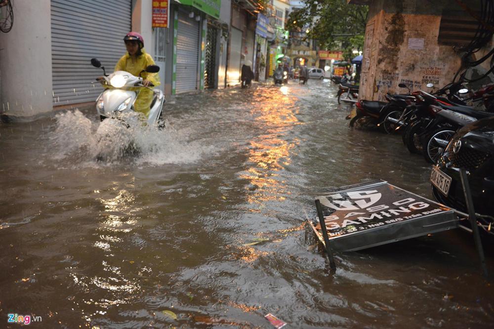 Mưa lớn bất ngờ, nhiều tuyến phố ở Hà Nội ngập sâu-5