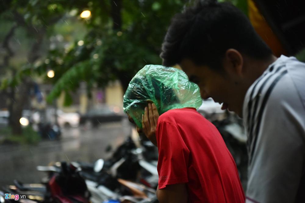 Mưa lớn bất ngờ, nhiều tuyến phố ở Hà Nội ngập sâu-6