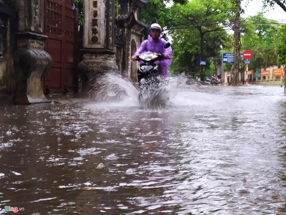 Mưa lớn bất ngờ, nhiều tuyến phố ở Hà Nội ngập sâu-7