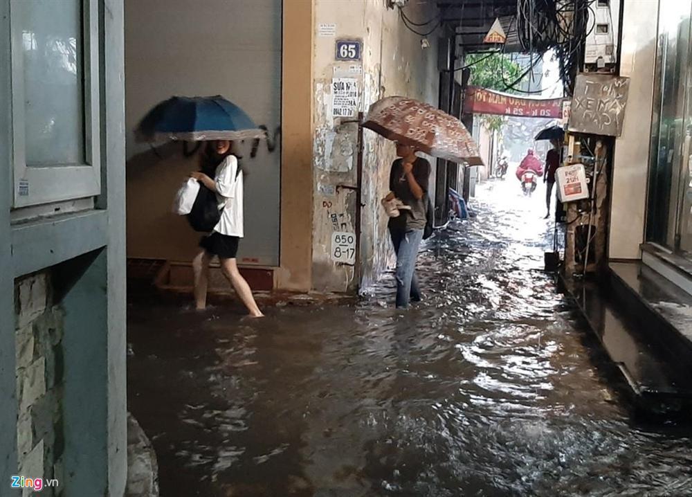 Mưa lớn bất ngờ, nhiều tuyến phố ở Hà Nội ngập sâu-8