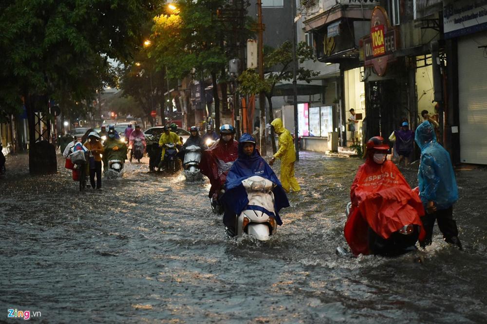 Mưa lớn bất ngờ, nhiều tuyến phố ở Hà Nội ngập sâu-9