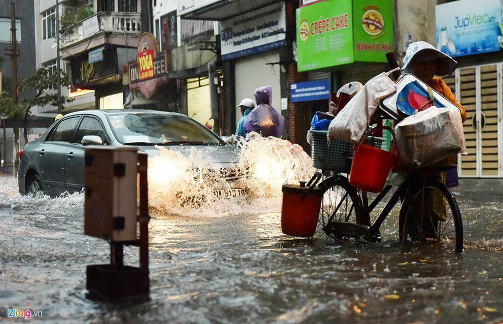 Mưa lớn bất ngờ, nhiều tuyến phố ở Hà Nội ngập sâu-10