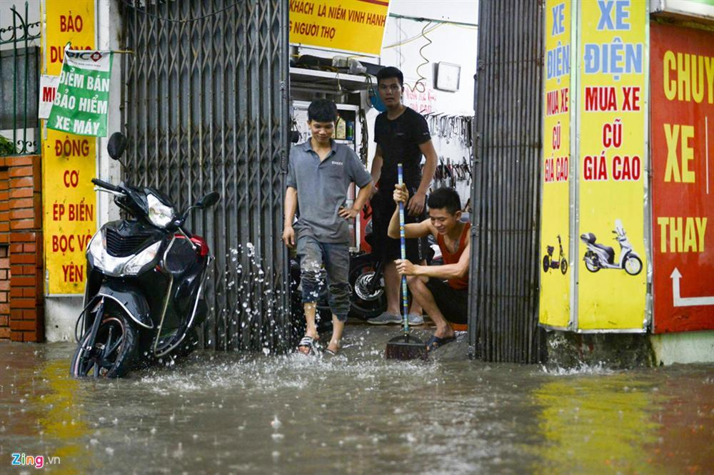 Mưa lớn bất ngờ, nhiều tuyến phố ở Hà Nội ngập sâu-11