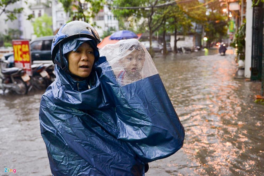 Mưa lớn bất ngờ, nhiều tuyến phố ở Hà Nội ngập sâu-12