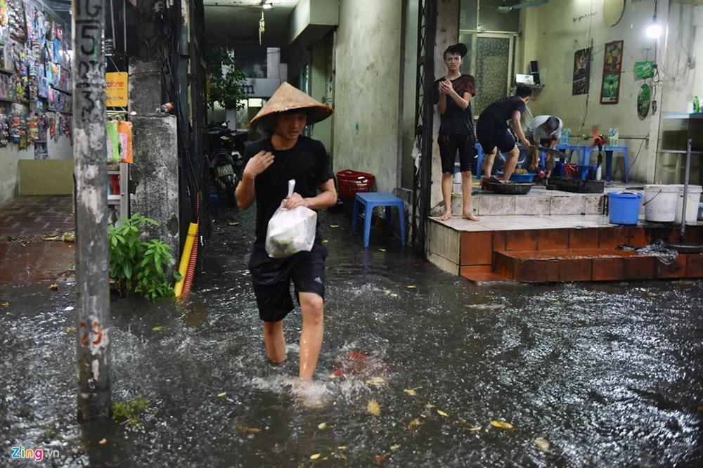 Mưa lớn bất ngờ, nhiều tuyến phố ở Hà Nội ngập sâu-13