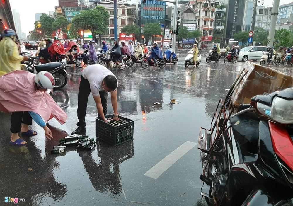 Mưa lớn bất ngờ, nhiều tuyến phố ở Hà Nội ngập sâu-14