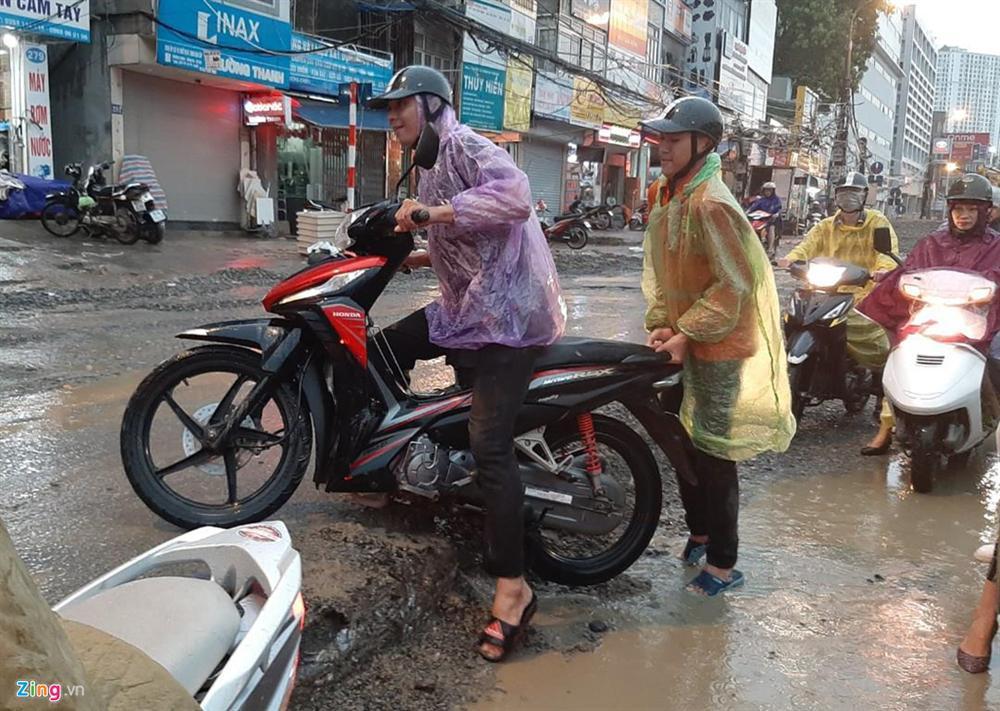 Mưa lớn bất ngờ, nhiều tuyến phố ở Hà Nội ngập sâu-15