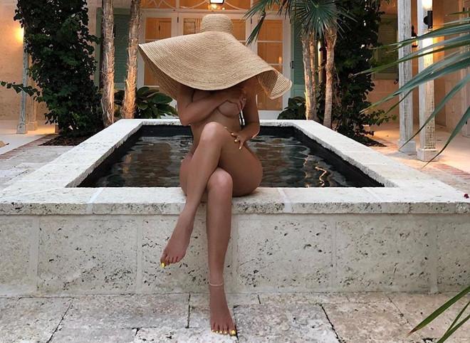 Nữ tỷ phú Kylie Jenner bị chê cười sau khi đăng ảnh khỏa thân-1
