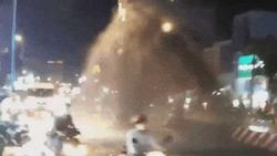 Clip: Nhiều người 'tắm bùn' khi cố chạy qua cột nước phun cao như vòi rồng giữa đường phố Sài Gòn