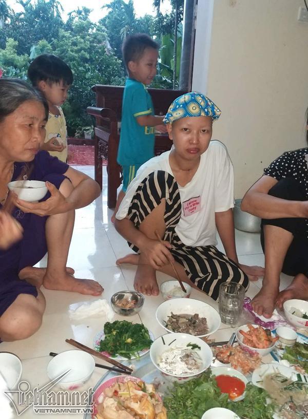 Bữa cơm đầu tiên của 2 mẹ con Bình An ở nhà-6
