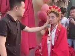 Mặc trang phục cô dâu tỏ tình bạn thân 9 năm, cô gái bị từ chối phũ