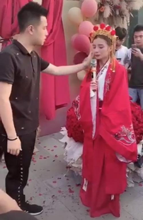 Mặc trang phục cô dâu tỏ tình bạn thân 9 năm, cô gái bị từ chối phũ-2