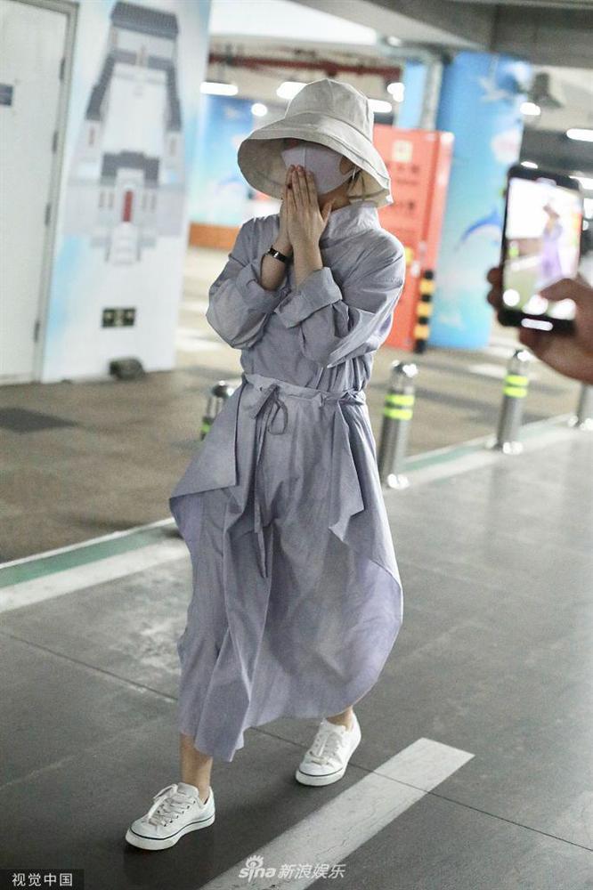 Triệu Lệ Dĩnh xuất hiện lẻ bóng tại sân bay, ngụy trang kín mít giữa tâm bão ly hôn-1