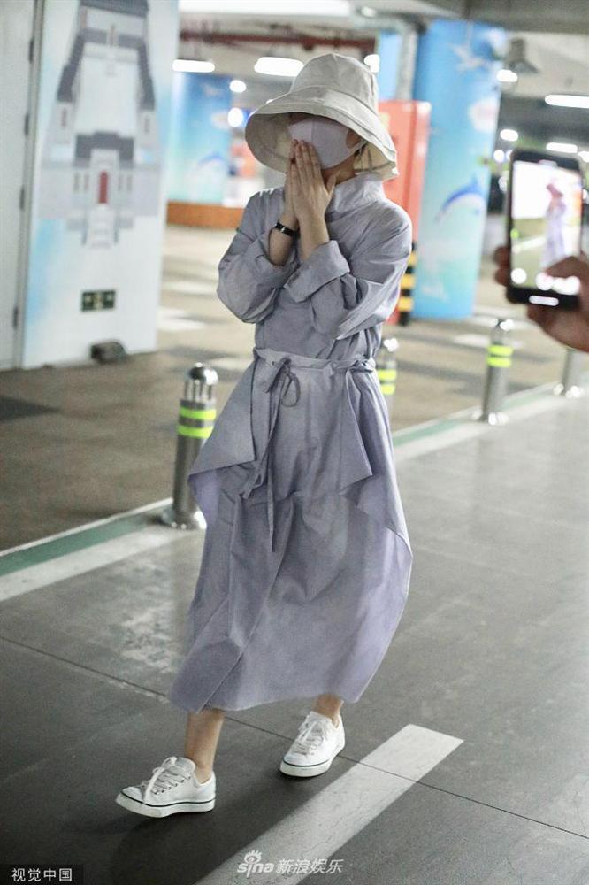 Triệu Lệ Dĩnh xuất hiện lẻ bóng tại sân bay, ngụy trang kín mít giữa tâm bão ly hôn-4