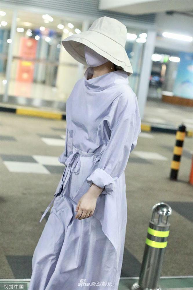 Triệu Lệ Dĩnh xuất hiện lẻ bóng tại sân bay, ngụy trang kín mít giữa tâm bão ly hôn-5