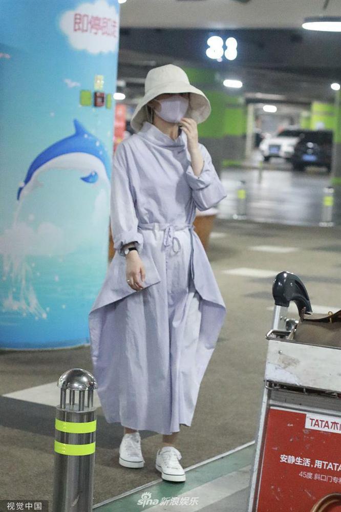 Triệu Lệ Dĩnh xuất hiện lẻ bóng tại sân bay, ngụy trang kín mít giữa tâm bão ly hôn-6