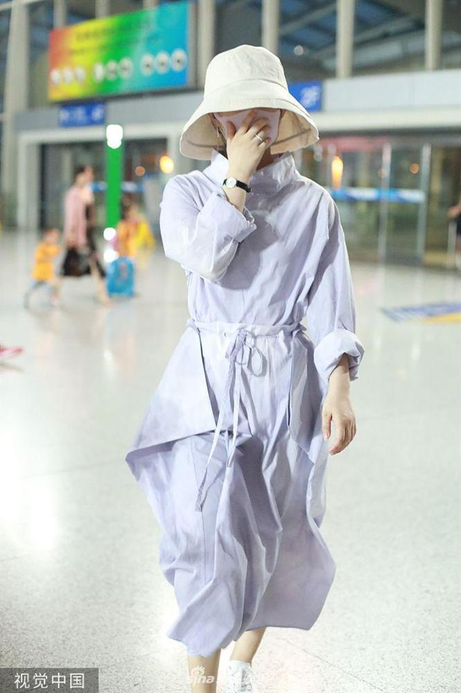 Triệu Lệ Dĩnh xuất hiện lẻ bóng tại sân bay, ngụy trang kín mít giữa tâm bão ly hôn-7