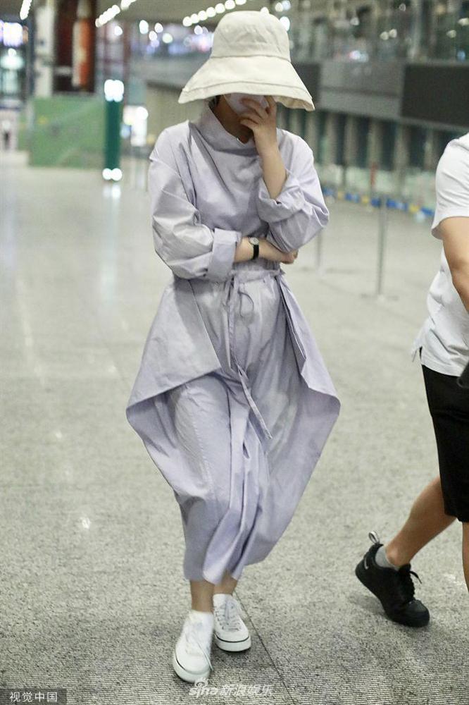 Triệu Lệ Dĩnh xuất hiện lẻ bóng tại sân bay, ngụy trang kín mít giữa tâm bão ly hôn-8