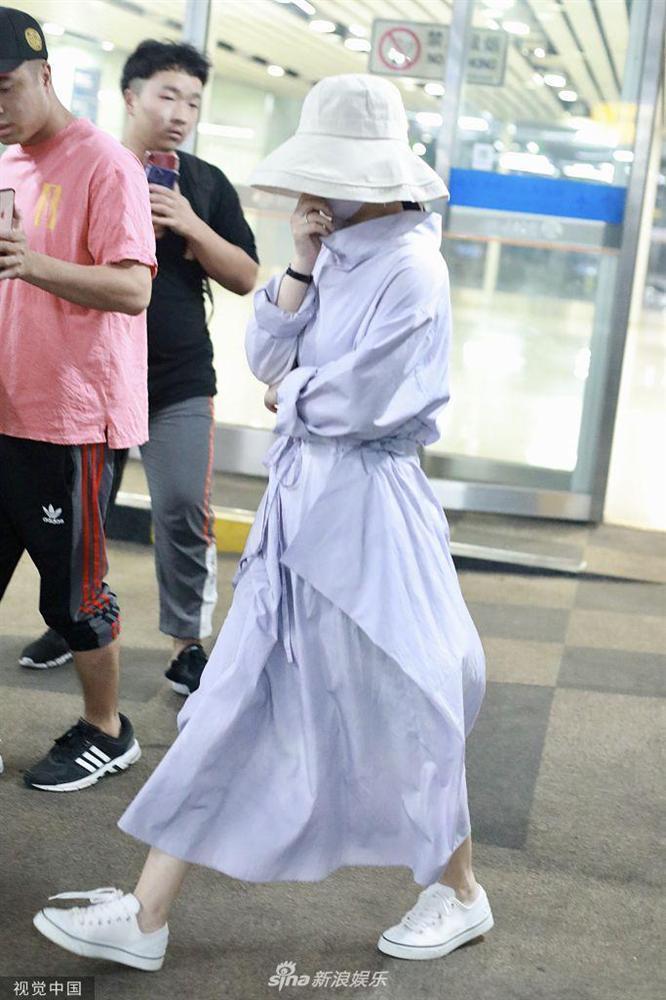 Triệu Lệ Dĩnh xuất hiện lẻ bóng tại sân bay, ngụy trang kín mít giữa tâm bão ly hôn-9