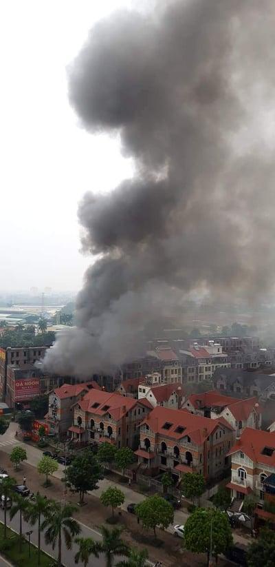 Clip: Ngọn lửa ngùn ngụt thiêu cháy hàng chục căn biệt thự liền kề ở Thiên Đường Bảo Sơn-1