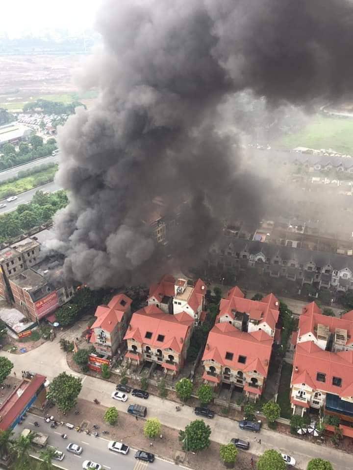 Clip: Ngọn lửa ngùn ngụt thiêu cháy hàng chục căn biệt thự liền kề ở Thiên Đường Bảo Sơn-2