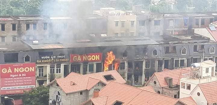Clip: Ngọn lửa ngùn ngụt thiêu cháy hàng chục căn biệt thự liền kề ở Thiên Đường Bảo Sơn-3