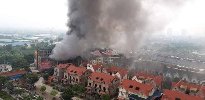 Clip: Ngọn lửa ngùn ngụt thiêu cháy hàng chục căn biệt thự liền kề ở Thiên Đường Bảo Sơn-4