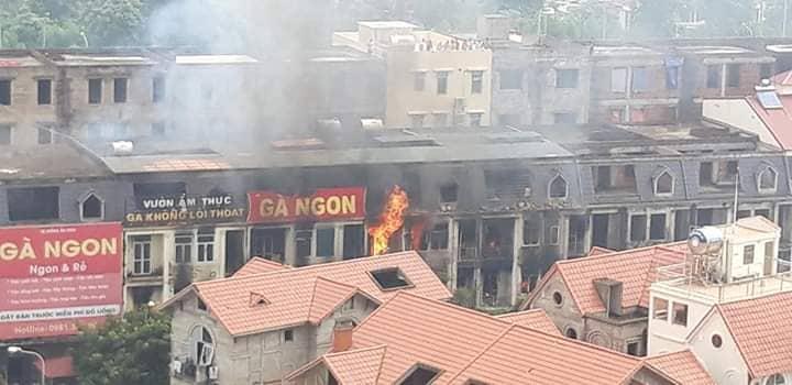 Clip: Ngọn lửa ngùn ngụt thiêu cháy hàng chục căn biệt thự liền kề ở Thiên Đường Bảo Sơn-5