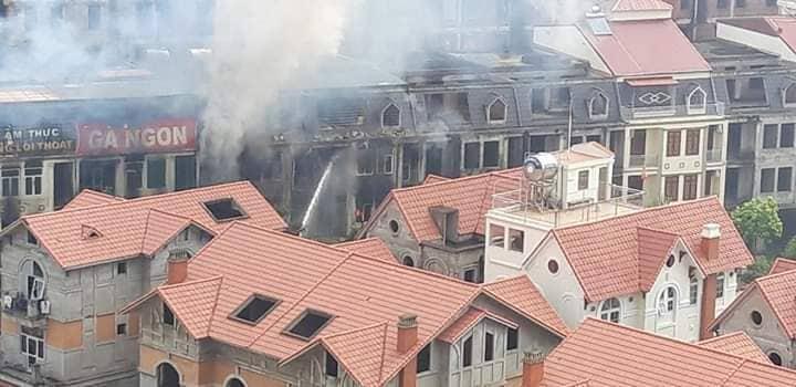 Clip: Ngọn lửa ngùn ngụt thiêu cháy hàng chục căn biệt thự liền kề ở Thiên Đường Bảo Sơn-6