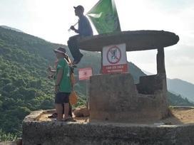 Nhóm phượt trèo lên di tích lịch sử 'sống ảo' bất chấp biển cấm