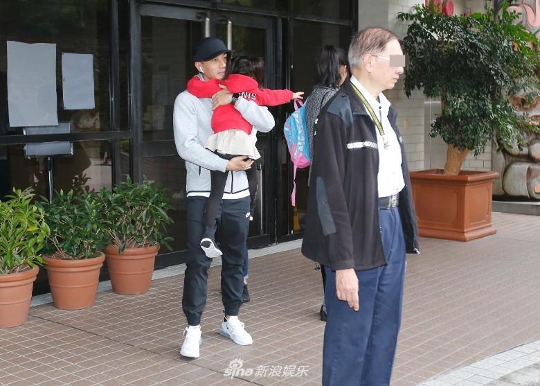 Lưu Khải Uy đến trường cùng con gái, dân mạng lại chỉ trích Dương Mịch vô tâm-9