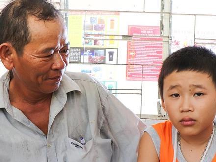 Nhân chứng kể lúc phát hiện bé trai bán vé số nằm bên đường kêu cứu