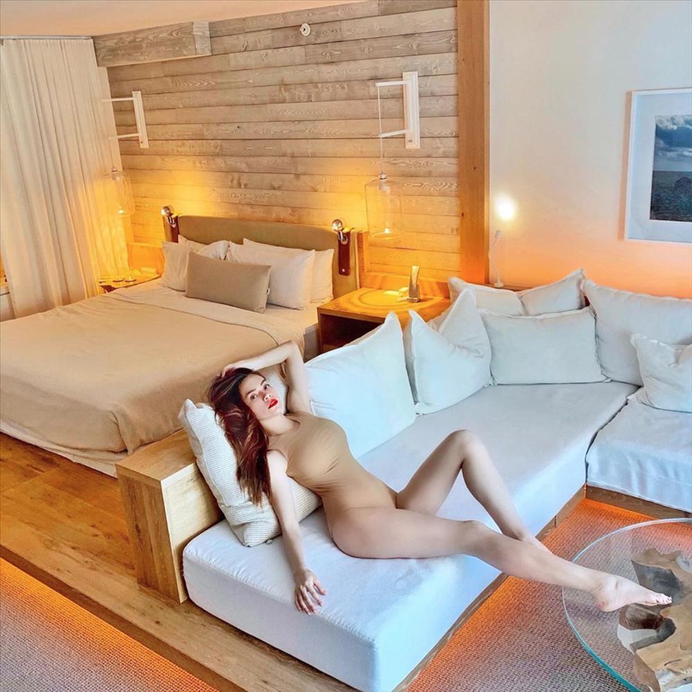 Sáng ra đã thử thách mắt người nhìn: Hồ Ngọc Hà mặc bikini hay khỏa thân trong phòng đây?-1