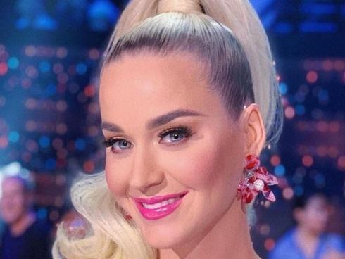Katy Perry mời cả ban nhạc vào phòng tắm