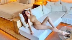 Sáng ra đã thử thách mắt người nhìn: Hồ Ngọc Hà mặc bikini hay khỏa thân trong phòng đây?
