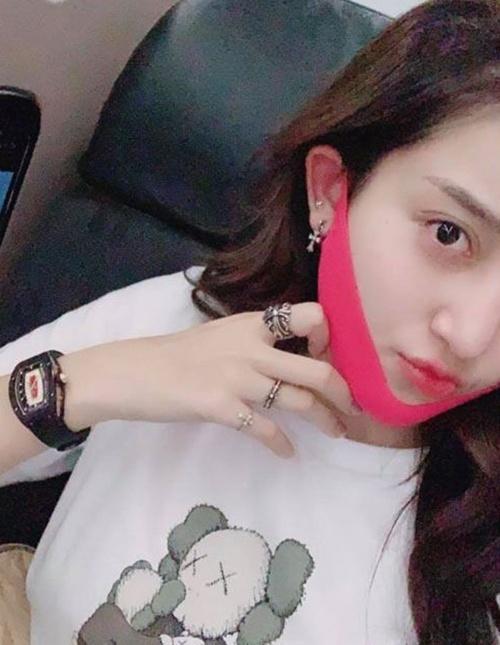 Huyền My lên máy bay cũng đeo mặt nạ V-line để tạo cằm thon-1