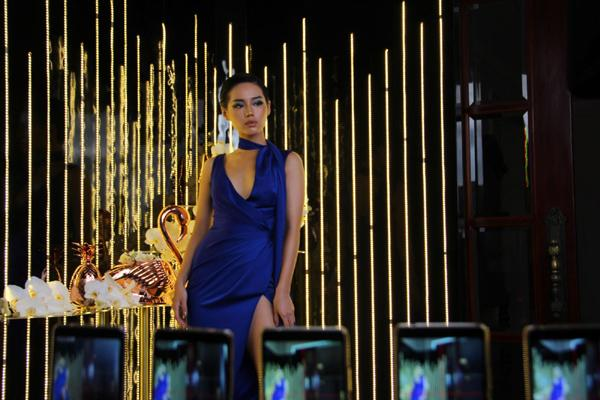 Khánh Linh The Face 'thần thái chuyển động' cùng 24 điện thoại Nokia-3