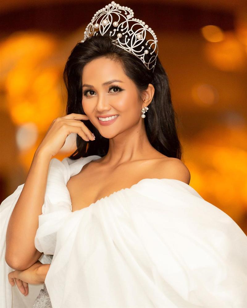 HHen Niê lại gây ngỡ ngàng với trang phục trên công chúa, dưới kỵ sĩ khi công bố cuộc thi Hoa hậu Hoàn vũ 2019-1